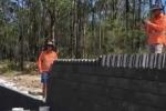 Công nhân xây dựng xếp domino bằng gạch và cái kết kinh ngạc