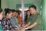 Chiến sỹ an ninh tặng quà đồng bào vùng lũ Hà Tĩnh, Yên Bái