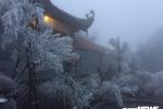 Băng giá phủ trắng đỉnh Fansipan trong tháng 4: Chuyên gia khí tượng nói gì?