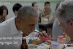 Bộ bàn ghế cựu Tổng thống Obama ngồi ăn bún chả được lồng kính