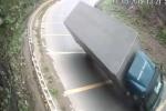 Clip: Xe tải ôm cua tốc độ cao tại dốc Cun - Hòa Bình và cái kết thảm khốc