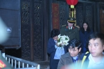 Clip: Đại biểu đền Trần lách khe cửa hẹp mang lễ lộc ra về