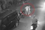 Clip: Ô tô lùi bất cẩn đâm ngã xe máy, tài xế và cô gái lao vào đánh nhau