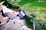 Tài xế 'phi thân', thoát khỏi xe tải bị lật xuống thung lũng trong tích tắc