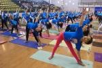 Video: Gần 1000 người đồng diễn yoga tại Hà Nội