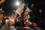 Video: Chui ra từ cabin xe bồn bẹp dúm sau va chạm, tài xế hoảng sợ đòi bỏ nghề