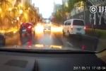 Sét giáng khủng khiếp, trút 'mưa' tia lửa xuống đường ở Trung Quốc