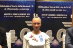Robot Sophia mac ao dai trang noi chuyen voi nguoi Viet tai Ha Noi hinh anh 1
