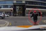 Chỉ tay dằn mặt tài xế ô tô, người đi bộ thô lỗ 'ăn quả đắng'
