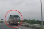 Clip: Đùa giỡn 'tử thần', xe tải chạy ngược chiều cao tốc Hà Nội - Hải Phòng