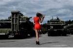 Ảnh: Người đẹp Nga khoe dáng cũng dàn vũ khí tối tân