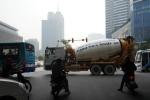 Giờ cấm, xe tải vẫn nghênh ngang trên phố Hà Nội