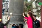 Đua nhau xoa tiền lên chuông, khánh ở chùa Đồng Yên Tử cầu may