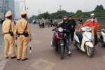 Video: Hàng ngàn người vẫn lũ lượt dắt xe máy đi ngược chiều đối phó CSGT ở Hà Nội