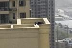 Định tự tử, người đàn ông say xỉn rồi ngủ quên trên nóc nhà 29 tầng