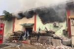 Đang cháy dữ dội ở kho hàng cảng Hà Nội, lính cứu hoả phá tường gạch xông vào chữa cháy