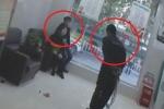 Clip: Đặc nhiệm Trung Quốc thế thân cho con tin, hạ gục kẻ cầm dao ngoạn mục