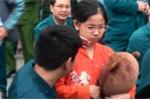 Bé gái khóc như mưa chia tay anh ngày nhập ngũ ở Hà Nội