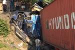 Xe container lao xuống vực, tài xế và phụ xe thoát chết trong gang tấc