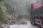 Mưa lớn kéo dài, hàng trăm khối đất đá tràn xuống quốc lộ 8A ở Hà Tĩnh