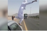 Video: Người đàn ông mang tính mạng ra đùa giỡn trước đầu xe tải