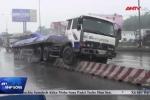 Clip: Kinh hoàng tài xế ngủ gật, xe tải trèo lên dải phân cách