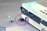 Thanh niên đi xe đạp ngã cắm đầu vào gầm xe buýt, thoát chết thần kỳ