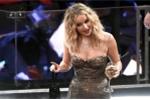 Cô đào Jennifer Lawrence vén váy trèo qua ghế trong khán phòng Oscar