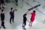 Video toàn cảnh 3 côn đồ tát, đạp nữ nhân viên sân bay ở Thanh Hóa