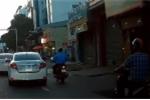 Clip: Ôtô chuyển làn đột ngột, ép người đi xe máy ngã xuống đường