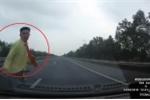 Clip: Băng qua cao tốc như chốn không người, người đàn ông bị ô tô húc văng