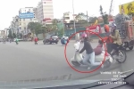 Clip: Tránh xe Wave sang đường, cô gái đi Vespa lao vào đầu ô tô