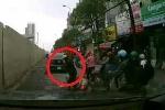 Clip: Phụ nữ đi xe máy bị ngã vẫn cố... nghe nốt điện thoại