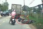 Clip: Xe tải chạy ẩu, đâm ngã xe máy chở trẻ em rồi bỏ đi gây phẫn nộ