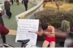 Trung Quốc: Bố quỳ gối chịu đòn roi trên phố để có tiền mổ mắt cho con