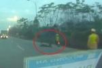Clip: Xe máy 'chạy chốt', tông cảnh sát cơ động ngã văng ở Vĩnh Phúc