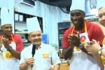 Video: Huyền thoại Arsenal trổ tài làm bánh tráng đặc sản Việt Nam