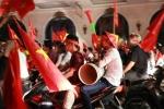 Những cách ăn mừng không giống ai của CĐV khắp 3 miền sau chiến thắng lịch sử của Olympic Việt Nam