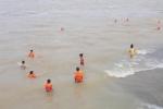Thủy điện Hòa Bình xả cửa đáy, dân nô nức đưa trẻ em ra tắm bất chấp nguy hiểm