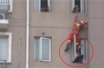 Clip: Lính cứu hỏa đu dây, đạp phụ nữ đòi tự tử ngã ngược vào phòng