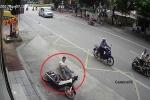 Choáng váng clip xe máy tông ô tô, mài người xuống mặt đường, áo rách tơi tả