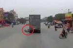 Clip: Xe máy SH tự ngã ra đường, 2 người chết thảm dưới bánh container