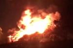 Clip: Biển lửa bao trùm nhà xưởng cạnh bãi xe ở TP.HCM