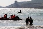 Chạy xuống biển cứu bạn, 2 thanh niên bị sóng cuốn trôi