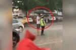 Clip: Dân cầm ô che mưa cho CSGT làm nhiệm vụ