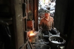 Nắng nóng đỉnh điểm, thợ rèn phố cổ Hà Nội vẫn đe búa bên lò lửa 1000°C