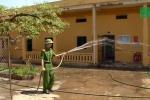 Giám thị trại giam phun nước, lắp quạt chống nóng cho tù nhân dưới cái nắng 40°C