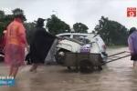 Dịch vụ kéo xe qua đường ngập kiếm bộn tiền ngày mưa lớn