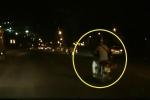 Thanh niên lái xe máy ẩu đâm móp đuôi ô tô