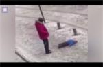 Video: Bố nổi giận đá văng con trai đang nằm trên tuyết gây phẫn nộ